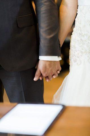 noivos de mãos dadas
