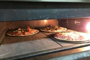 horno con pizzas