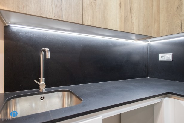encimera negra cocina