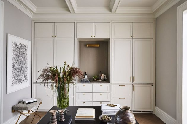 Elegancia discreta dentro de una casa renovada.