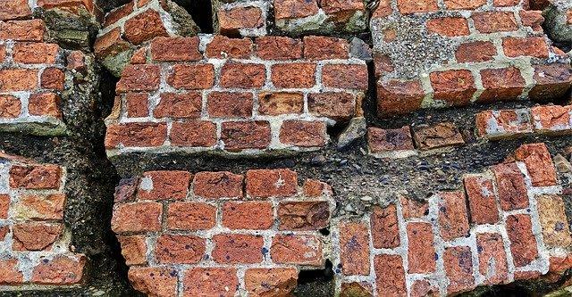 Muro de ladrillos destruido