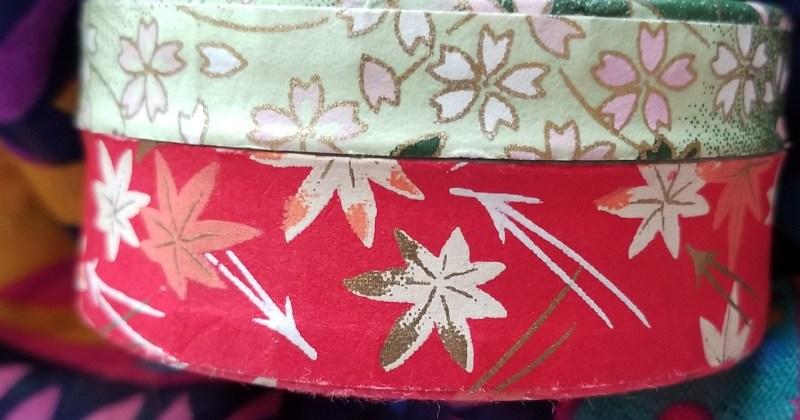 Una caja de tela con una tapa de estampado de flores y la base de estampado de estrellas