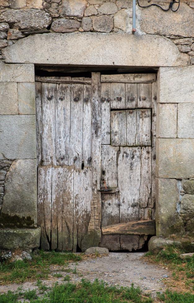 Imagen de una antigua puerta de madera cerrada