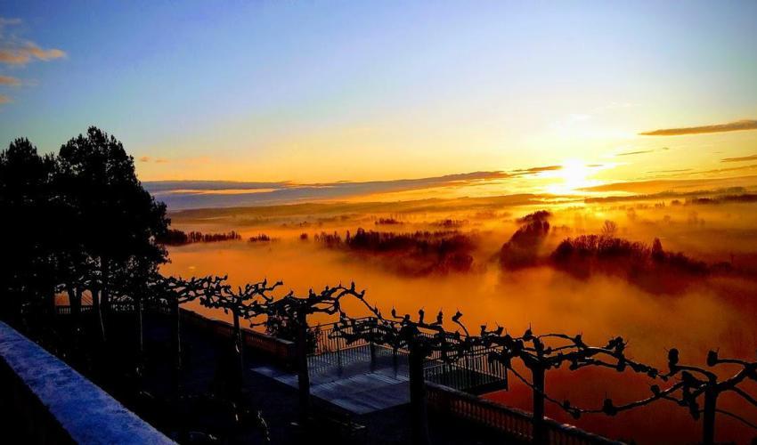 Imagen de una puesta de sol sobre un campo de nubes (por Henar Tejero)