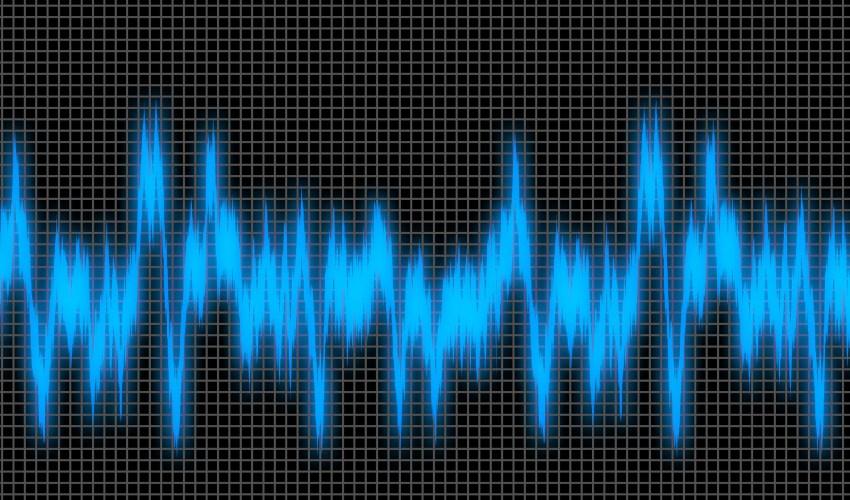 Onda de sonido en un osciloscopio en azul sobre negro