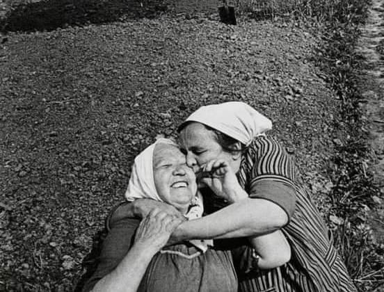 Dos campesinas abrazadas en el campo