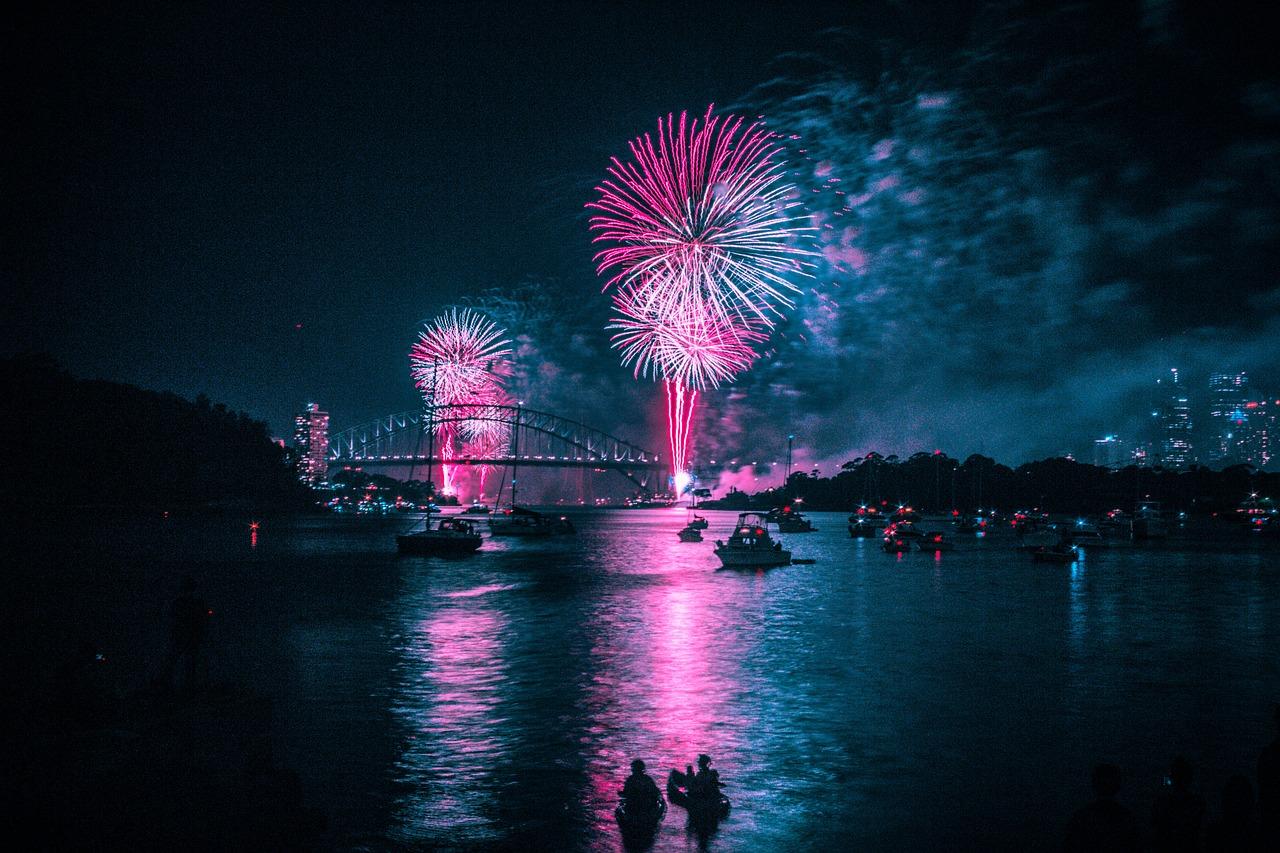 fuegos artificiales sobre un lago