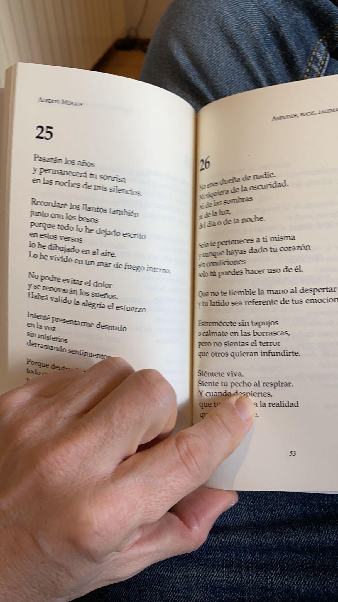 Un libro de poemas abierto