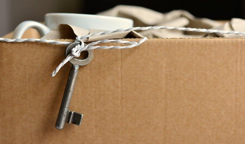 Una llave atada con una cuerda. https://pixabay.com/es/photos/mover-clave-apartamento-nuevo-2481718/