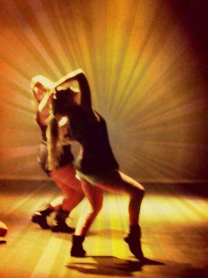 Un par de mujeres bailando danza contemporanea