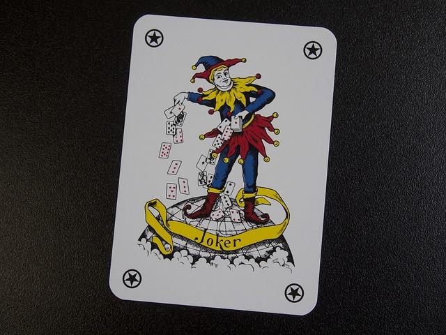 Carta del Joker de la baraja francesa, esta vez representado con un traje de bufón en colores azul, rojo y amarillo