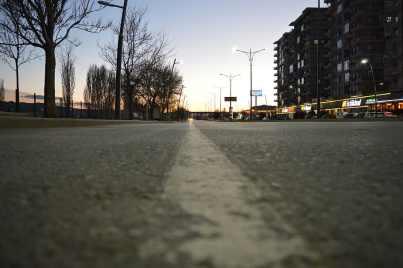 imagen de una calle vacía con la cámara apoyada en el asfalto