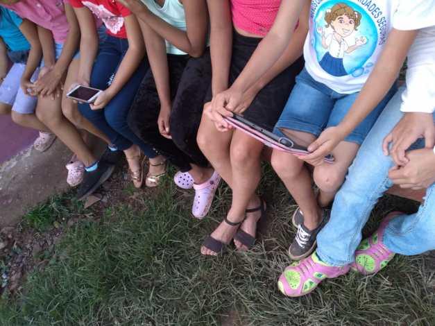 Cerca de 45 niñas y niños de comunidades del Norte se han reunido alrededor de un celular, Tablet o computadora para la sesión de cuentacuentos virtual. Foto: Red de Mujeres del Norte