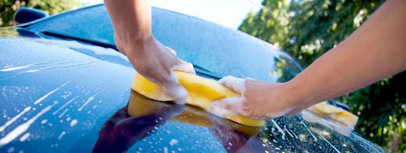 Come lavare l'auto senza graffiarla: la guida definitiva