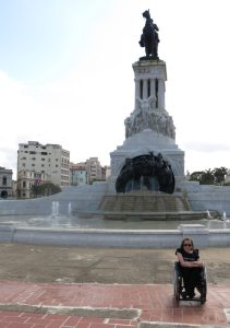 87. Gry foran statuen (2)
