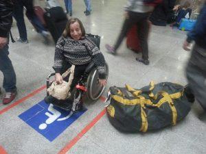 3. Gry har parkert på HC-plass ved bagasjebåndet på flyplassen