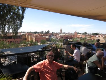 97. Utsikt over byen fra Kosybar takterrasse