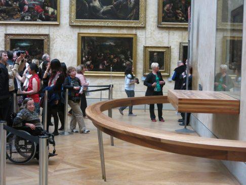 156. Gry har fått plass foran hele køen for å se Mona Lisa