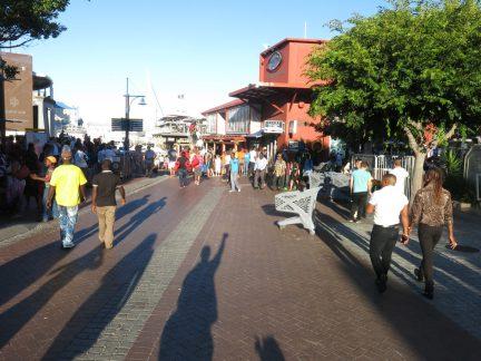 83. Folk samler seg på Waterfront