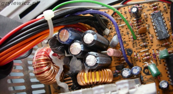 Spuchnięte kondensatory w zasilaczu