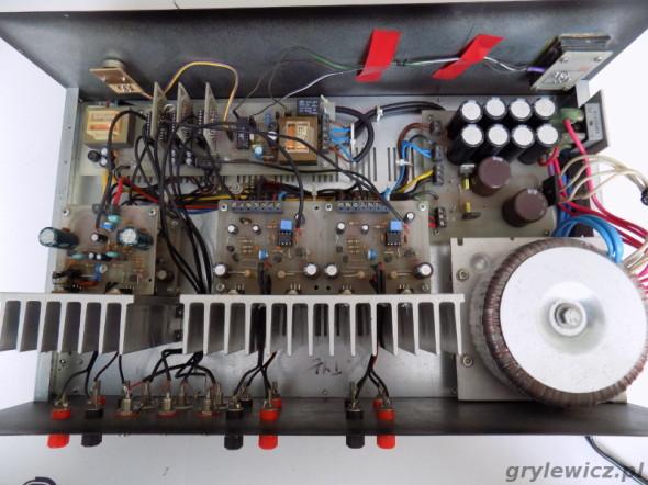Widok wnętrza wzmacniacza audio