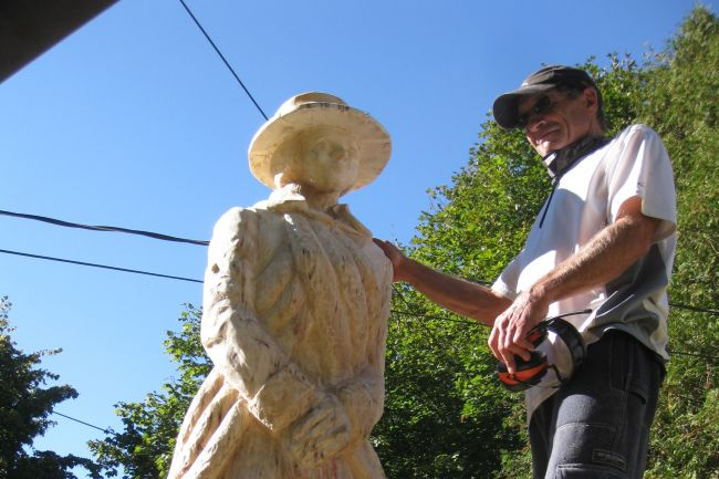 James McMahon at work on his statue of Patricia of Connaught (NovaNewsNow.com)