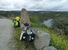 Bajando a la presa de Bemposta
