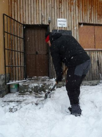 Quitando la nieve de la puerta (por Jaime)