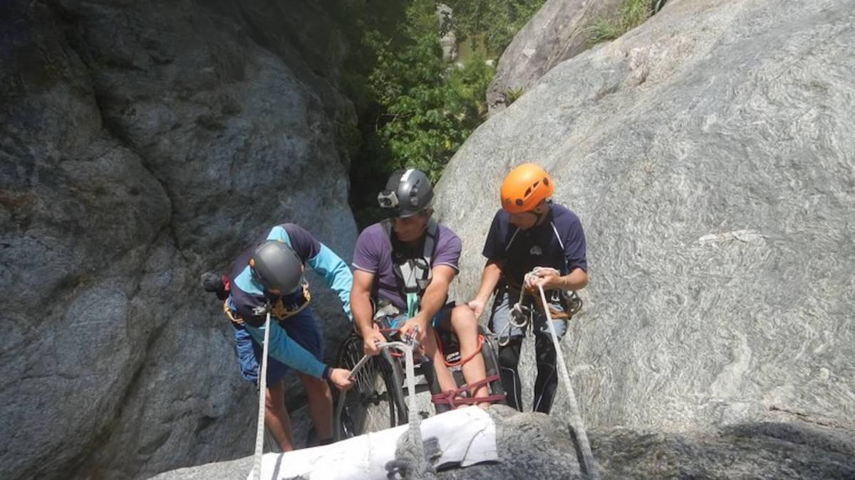 Los tres conversábamos calmadamente las posibilidades que teníamos para sacar mis ruedas pequeñas de la roca, una vez que mis ruedas grandes estuviesen en el aire.