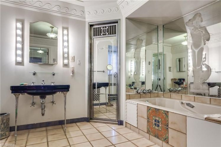 3215 n. rockingham road bathroom.jpg