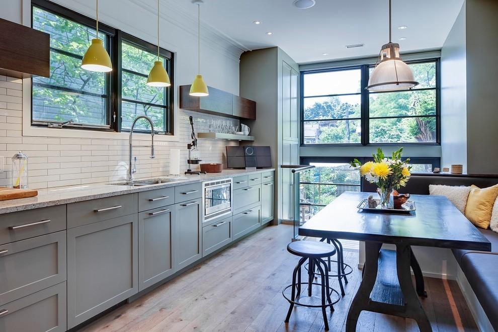 grey kitchen tile best cabinet ideas 厨房的瓷砖颜色要如何正确搭配呢 如果厨房的墙面是白色瓷砖或者白色墙纸的话 我感觉地面上可以铺一层黑色的瓷砖或者白色的瓷砖 这样就可以和墙面很好的搭配了 但是切记不能各种颜色 那样的话 在