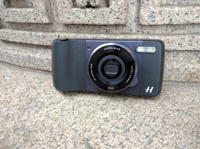 moto-mods-hasselblad-true-zoom-lens-5