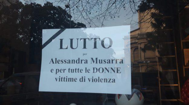 Femminicidio a Messina i negozi espongono il lutto sulle vetrine  Gazzetta del Sud