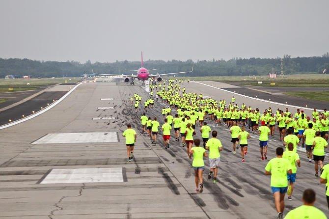 Hatszáznál is többen futottak a repülőtéri futópályán