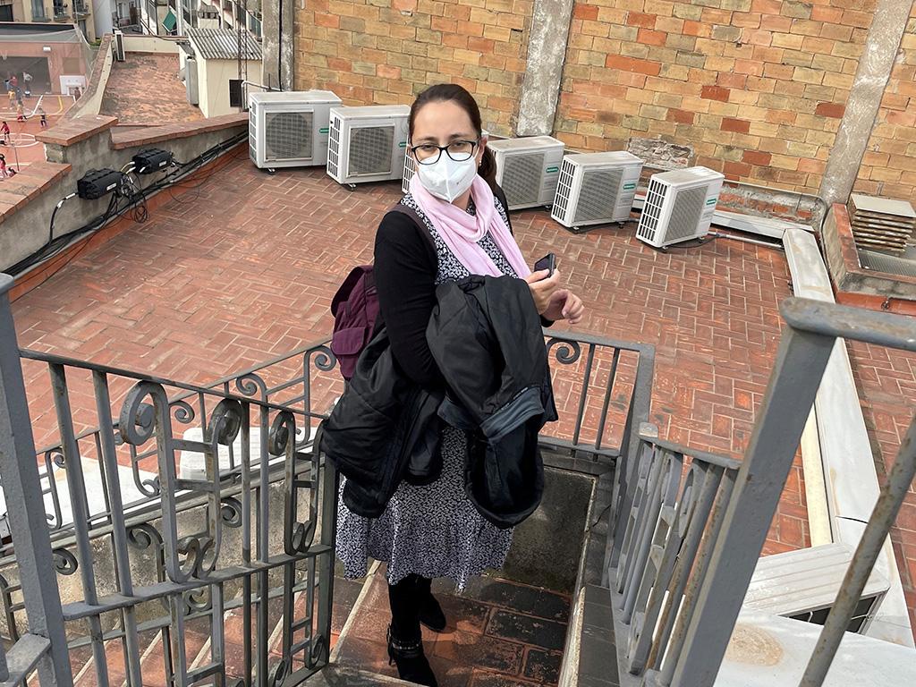 María Aparicio en escalera azotea