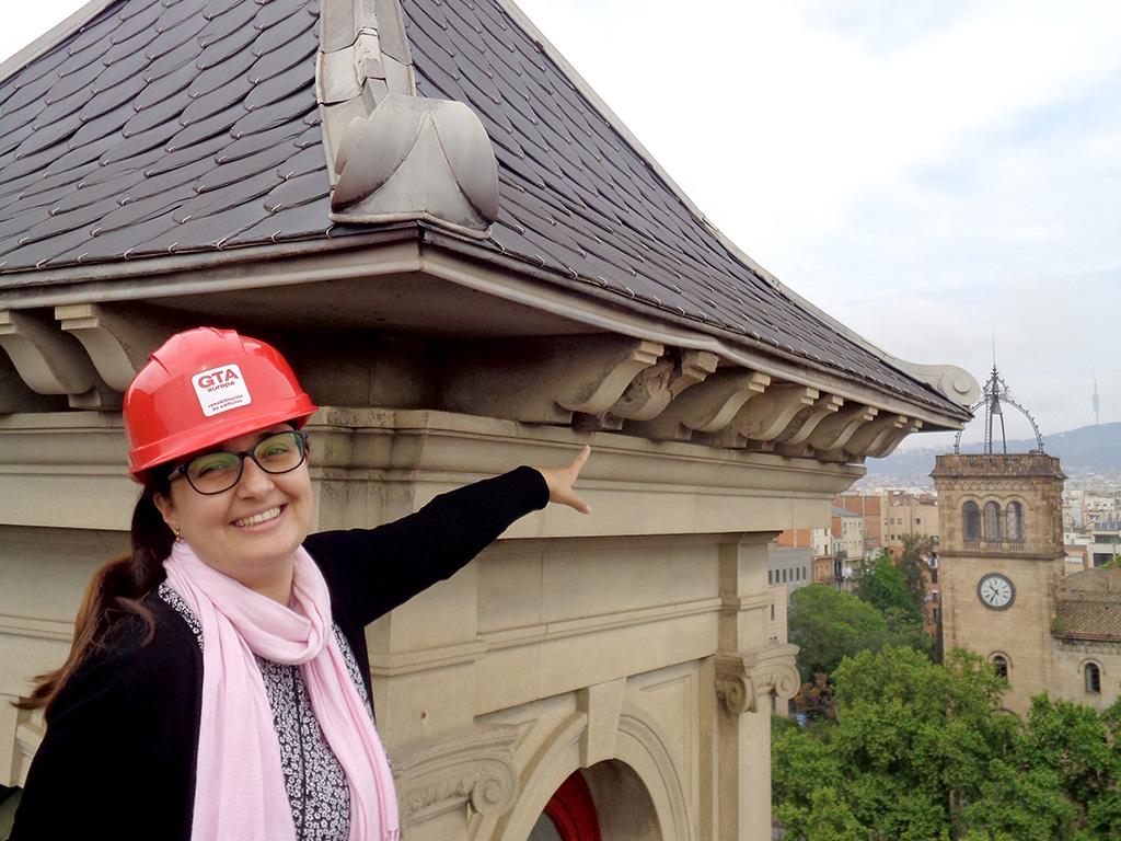 María Aparicio señalando una de las obras Barcelona