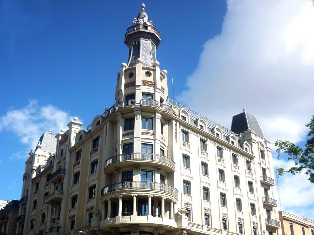 Detalle superior de la fachada del edificio en Via Laietana, 2 de Barcelona