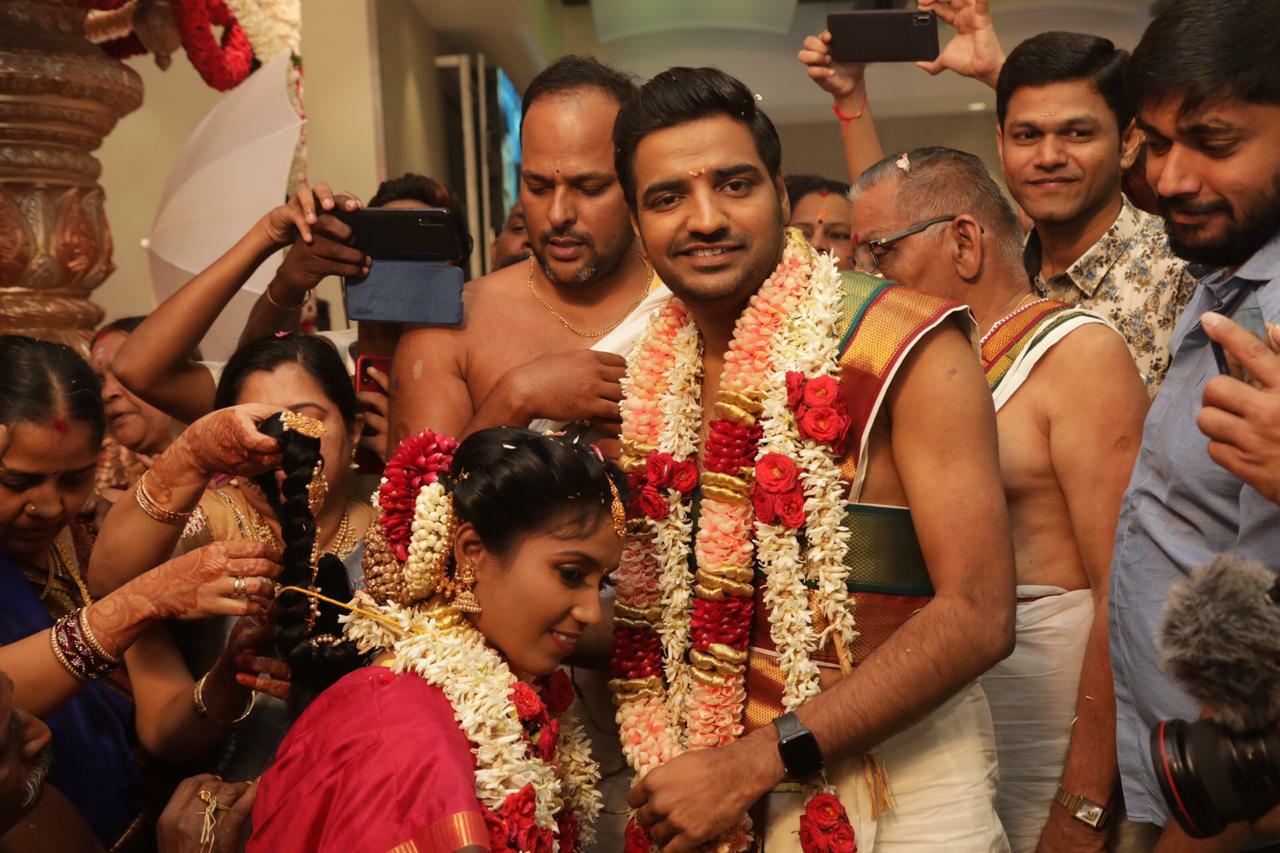 நடிகர் சதீஷ் – சிந்து திருமணம் இன்று நடைபெற்றது
