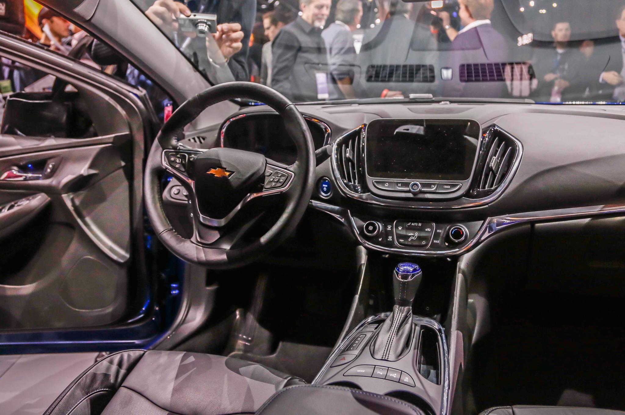 2016 Chevrolet Volt Cockpit and Dashboard