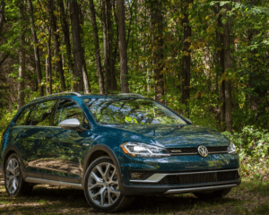 2018 Volkswagen Golf Alltrack Front Side View