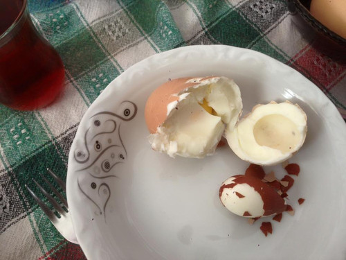 Hatay'in Erzin ilcesinde, yumurta ureticiligi yapan Mehmet Tinaz'in kahvalti icin kaynattigi yumurtadan bir yumurta daha cikti. Tinaz'in sosyal medya uzerinden paylastigi yumurta resimleri buyuk ilgi gordu.