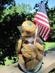 Red, White, & Blue Chocolate Chip Cookies - https://gttebykate.wordpress.com/2010/07/09/painstakingly-patriotic-cookies/