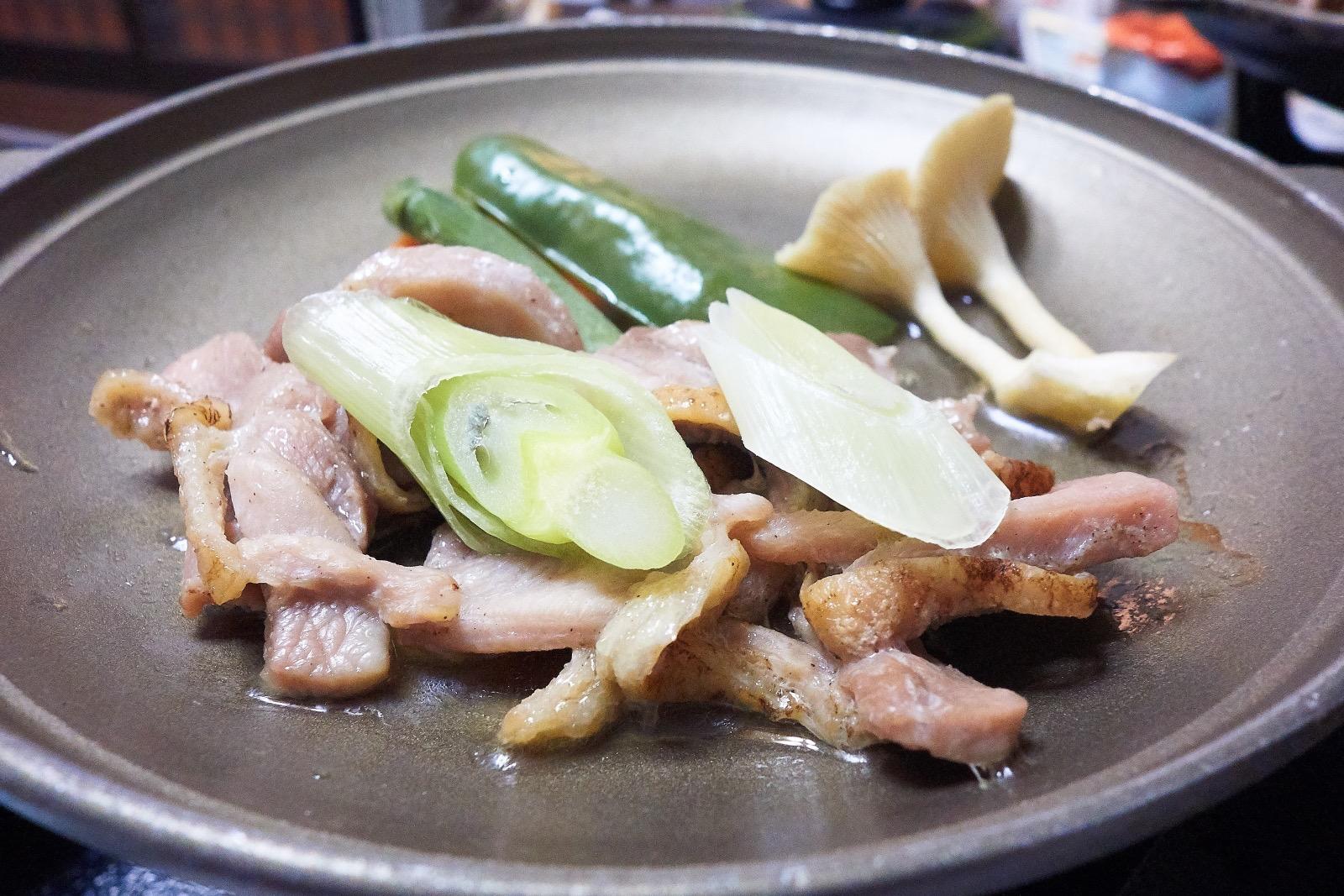 旅館芳野 夕食の豚肉の陶板焼き