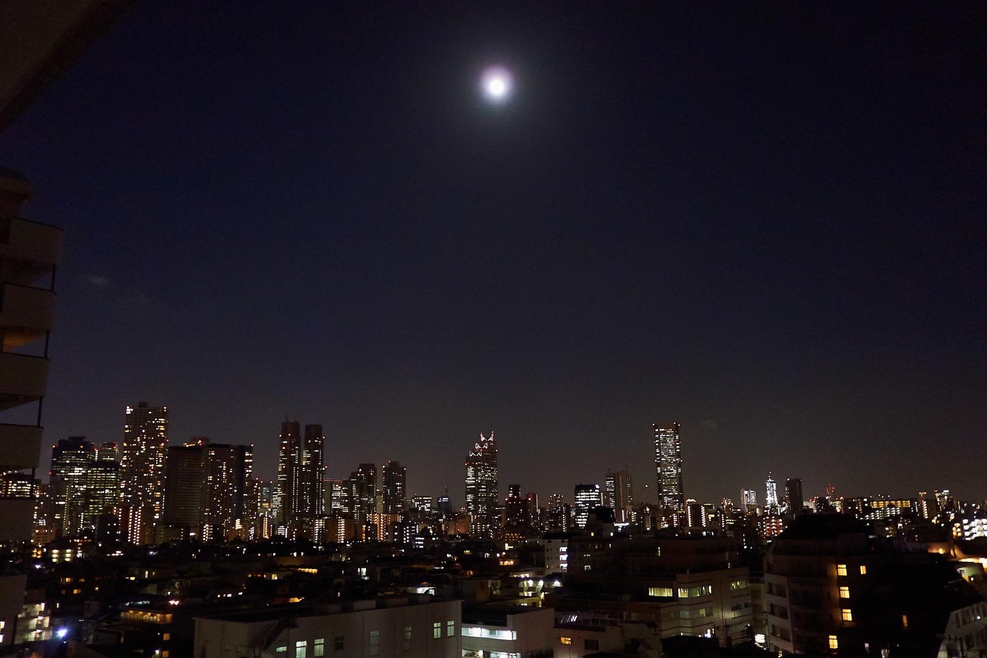 美しい東京の夜景と月明かり