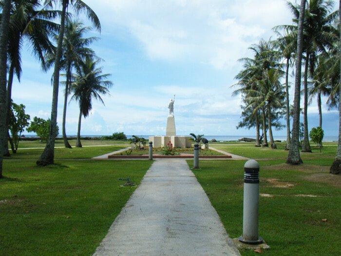 海を臨む自由の女神像