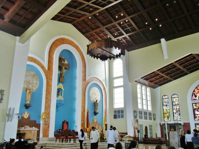 聖母マリア大聖堂に集うグアム島民