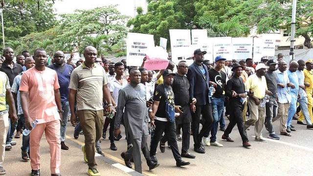 The members of Computers Allied Product Dealers Association of Nigeria (CAPDAN) and Phones Allied Product Dealers Association of Nigeria (PAPDAN) protesting against the installation of Iyaloja in Computer Village Ikeja, Lagos… yesterday. PHOTO: NAJEEM RAHEEM