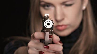devushka-s-pistoletom