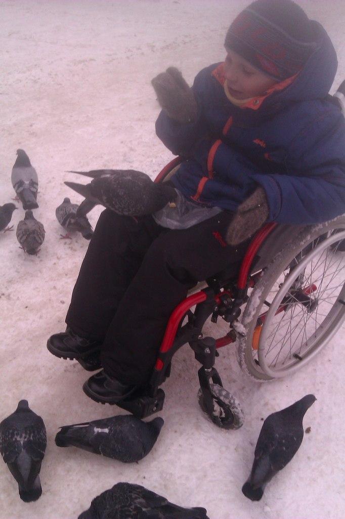 мальчик в инвалидном кресле