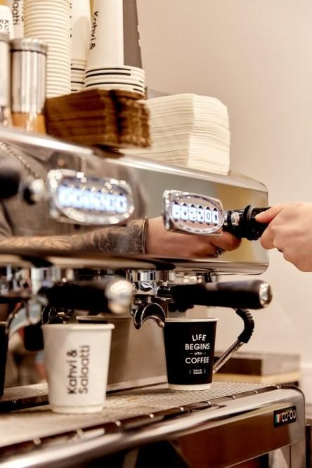 варят кофе, кофемашина, кахви и салатти, кафе, кофейня, петрозаводск, ленина 24а, кофе, еда с собой, kahvi & salaatti